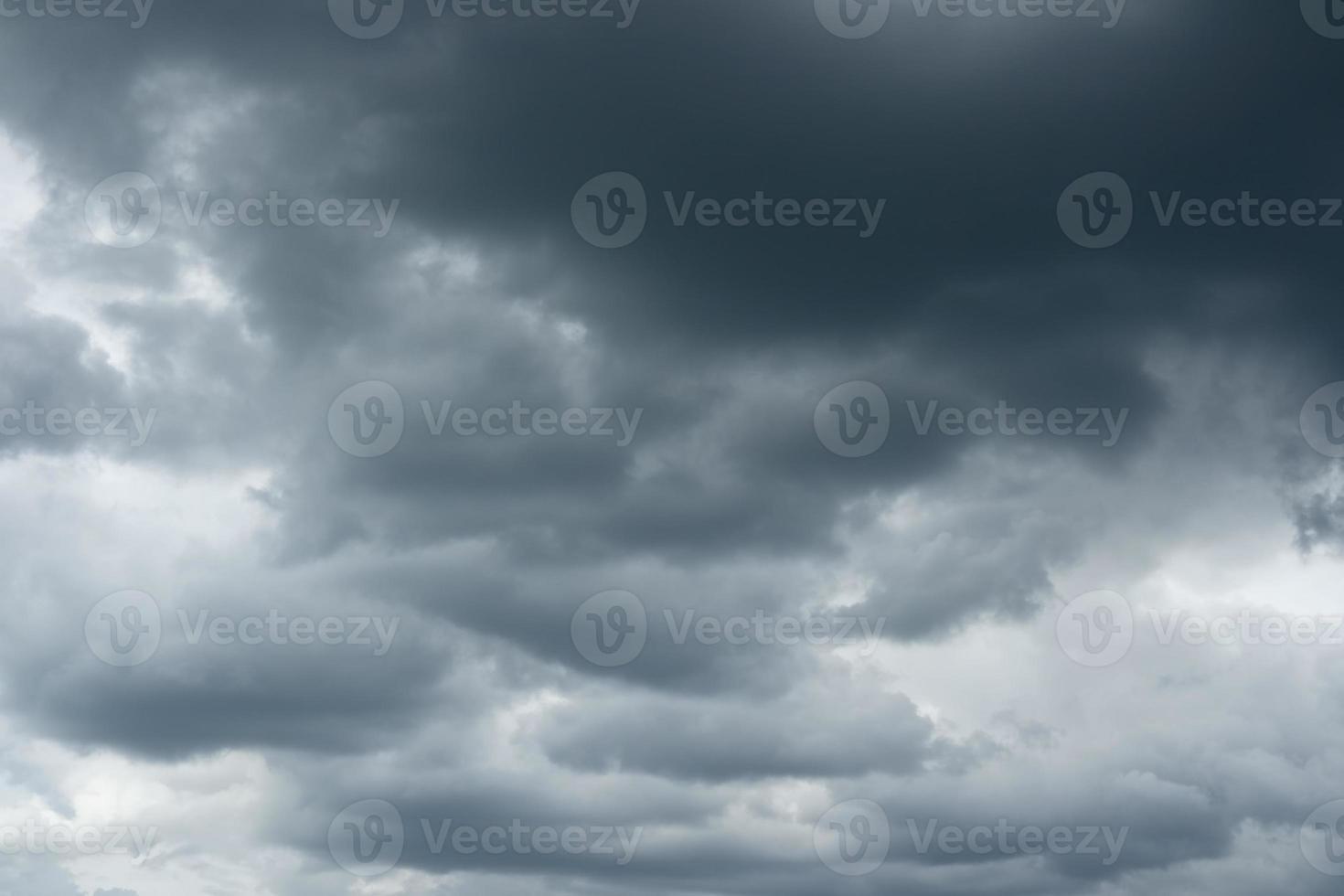 Gewitterwolken über dem Horizont. foto