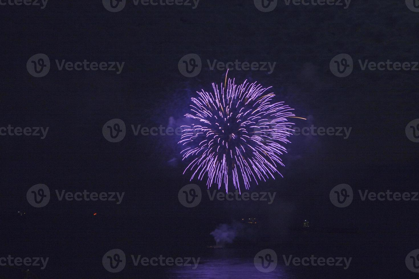 Feuerwerk gegen dunklen Himmel foto
