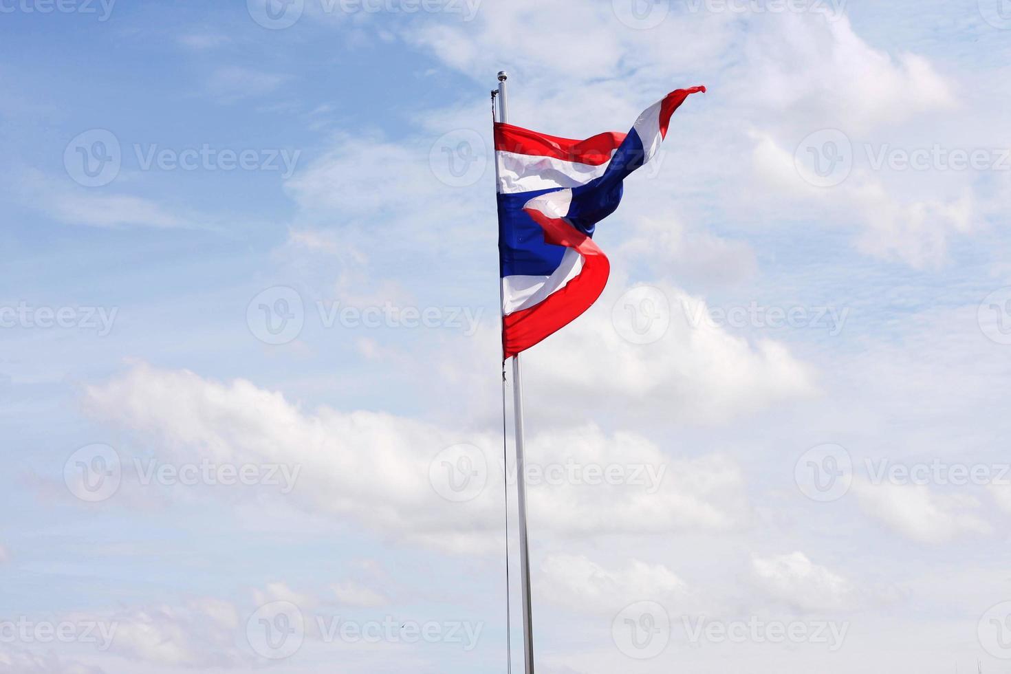 thailändische Flagge mit blauem Himmel foto