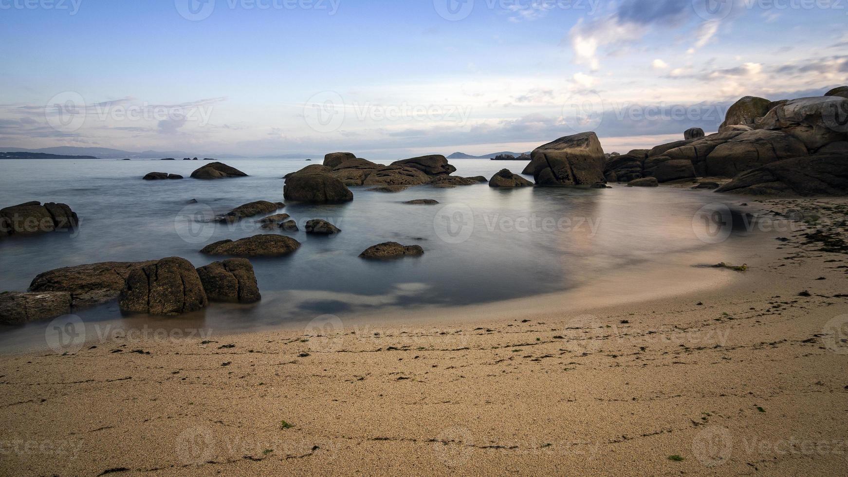 Himmel, Felsen, Meer und Sandstrand. foto