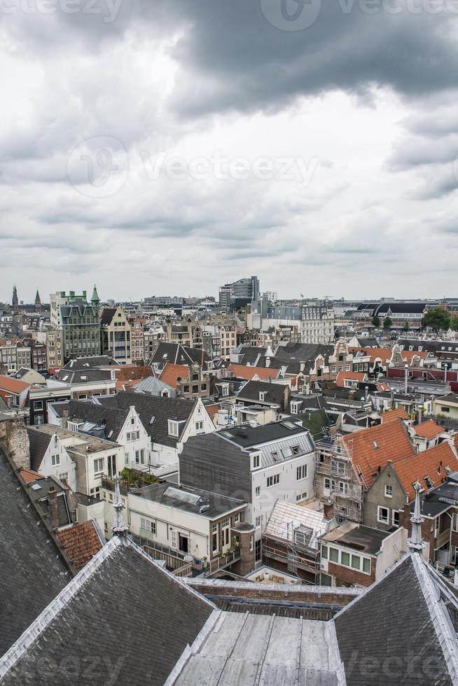 der bewölkte Himmel über den Dächern von Amsterdam foto