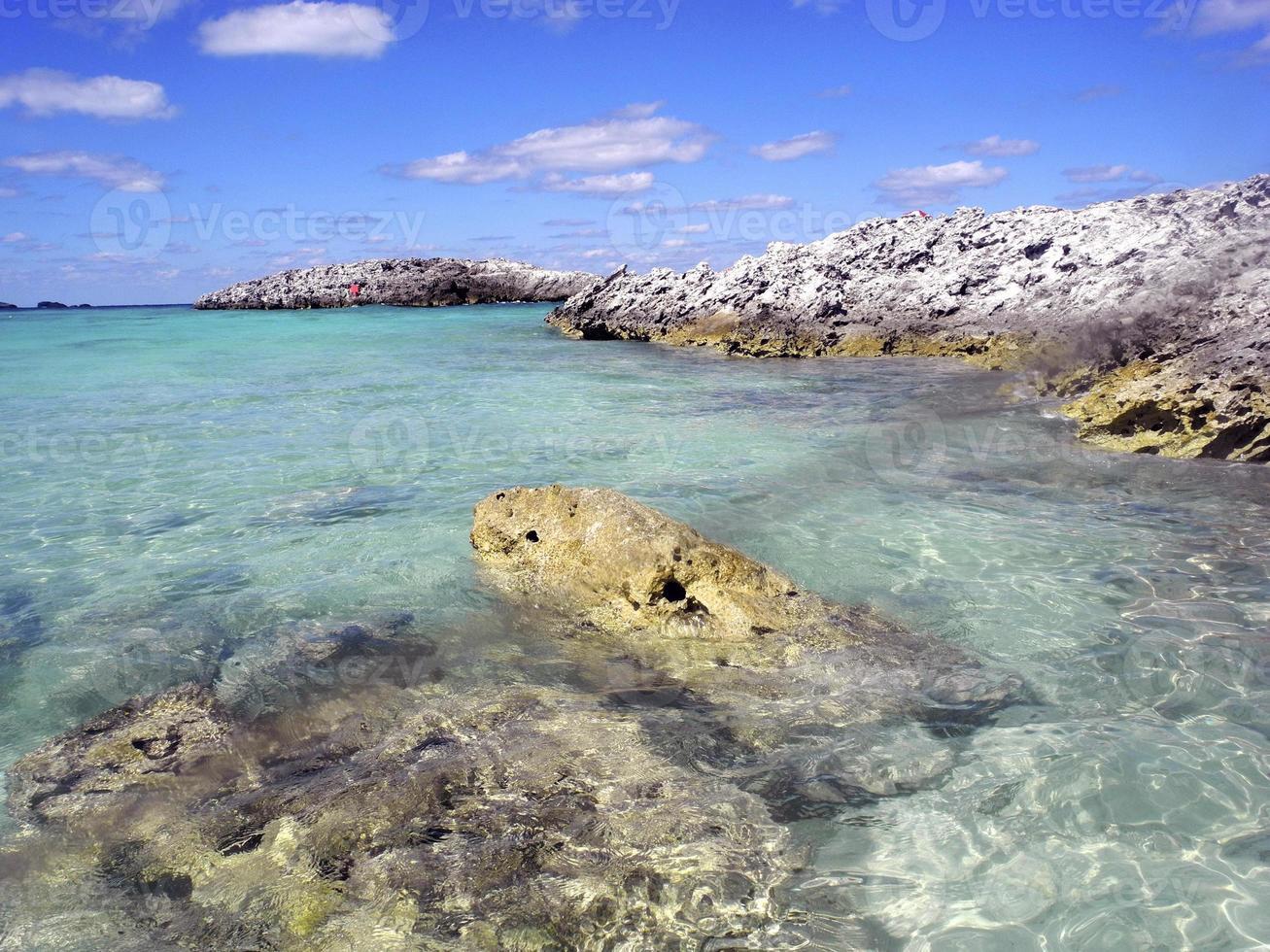 klarer Ozean und Felsen unter einem blauen Himmel foto