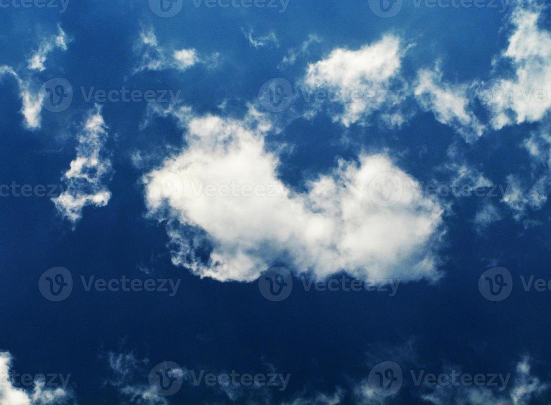 blauer Himmel und Wolkenhintergrund foto