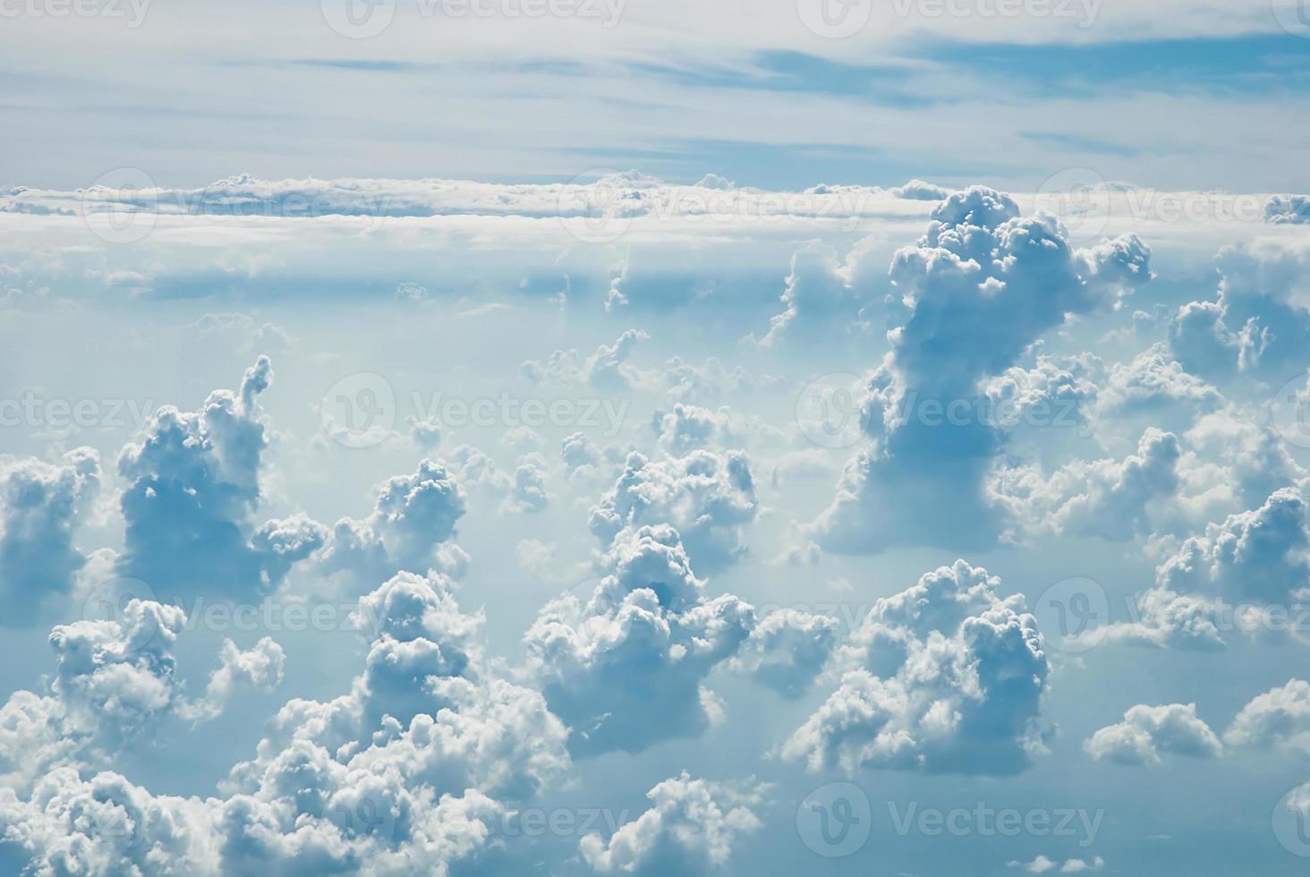 viele Wolken im blauen Himmel foto