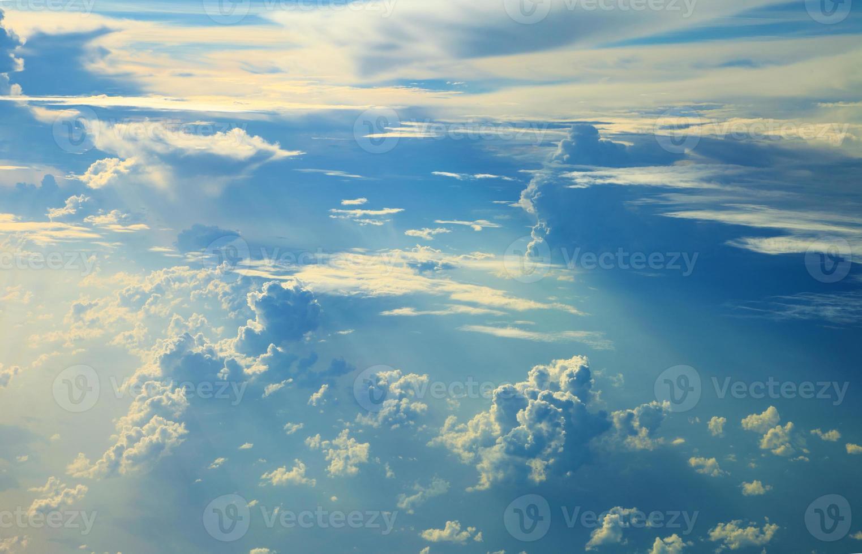 blaue Himmelswolken, blauer Himmel mit Wolken. foto