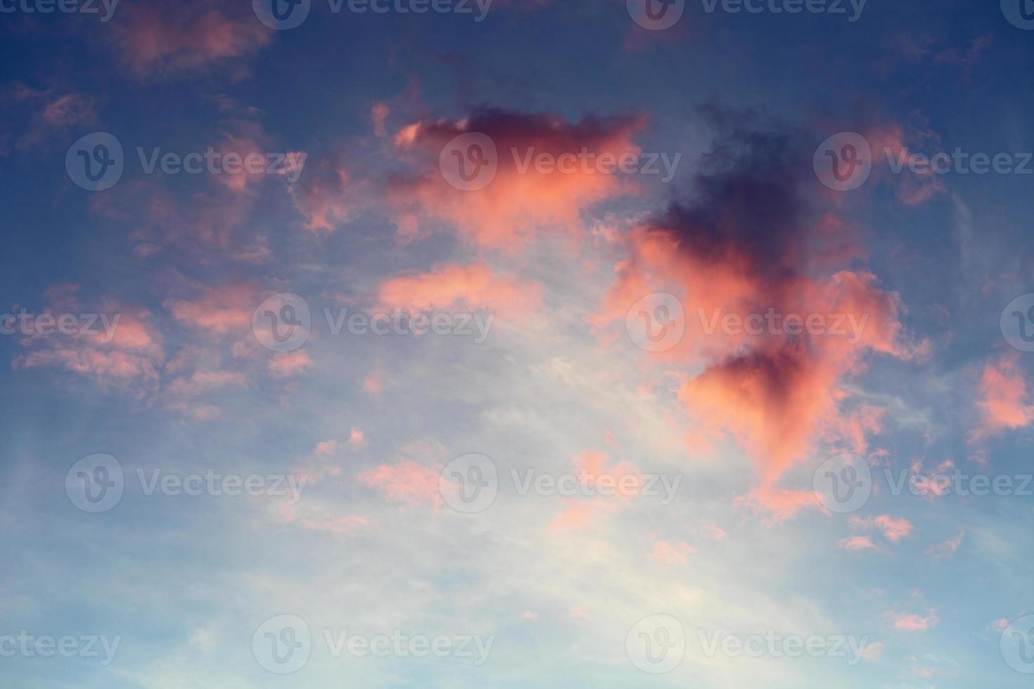 rote Wolken am blauen Himmel foto