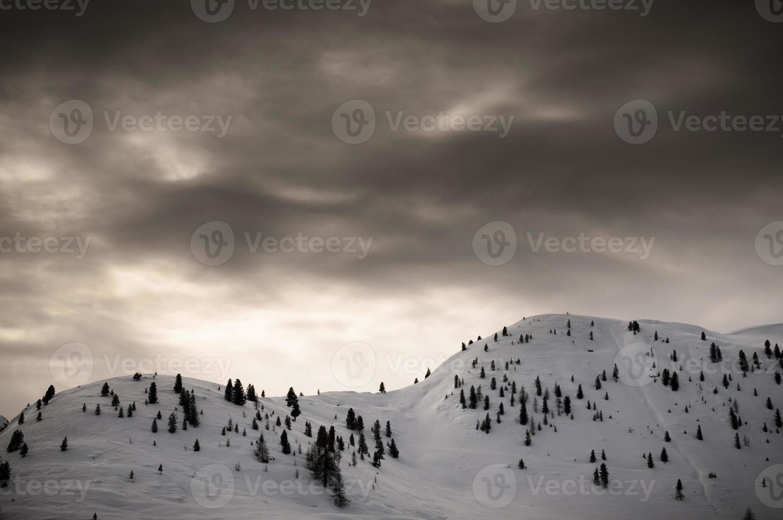 schneebedeckte Berge mit dramatischem Himmel foto