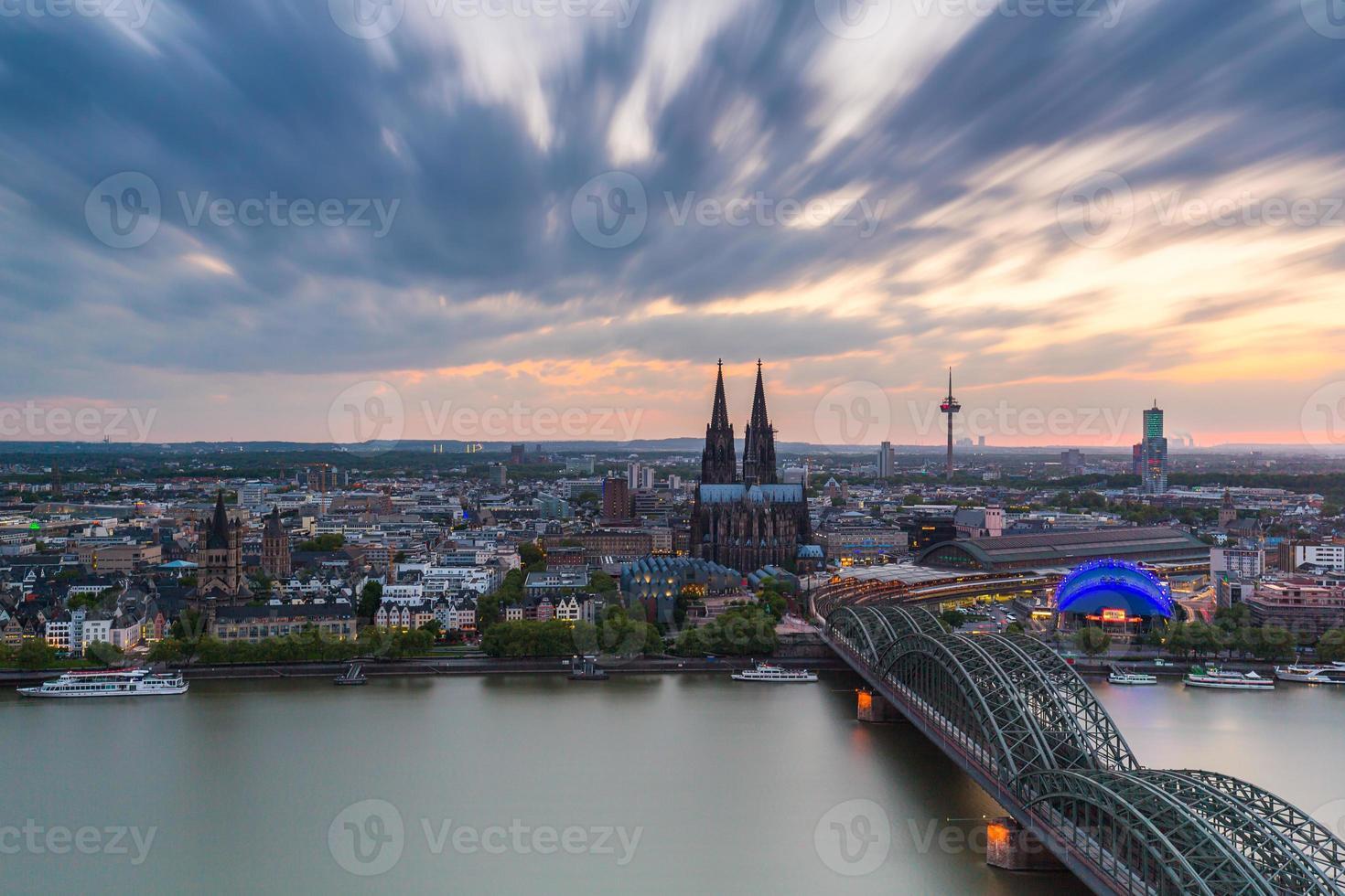 Köln in Deutschland bei Sonnenuntergang mit bewölktem Himmel foto