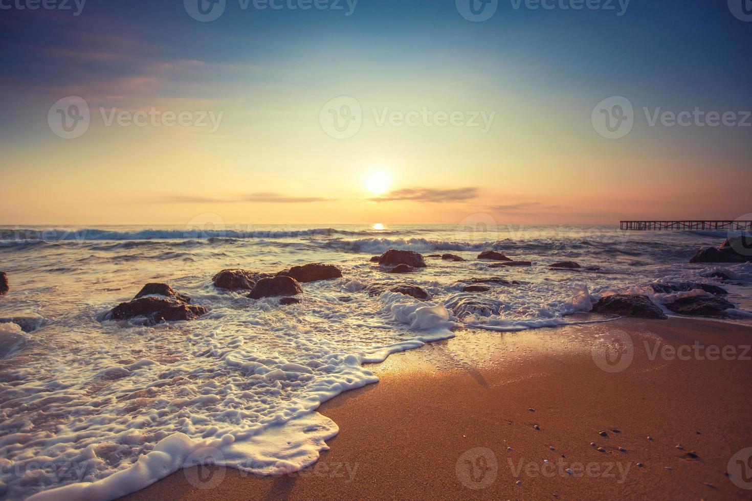 schöne Wolkenlandschaft über dem Meer foto