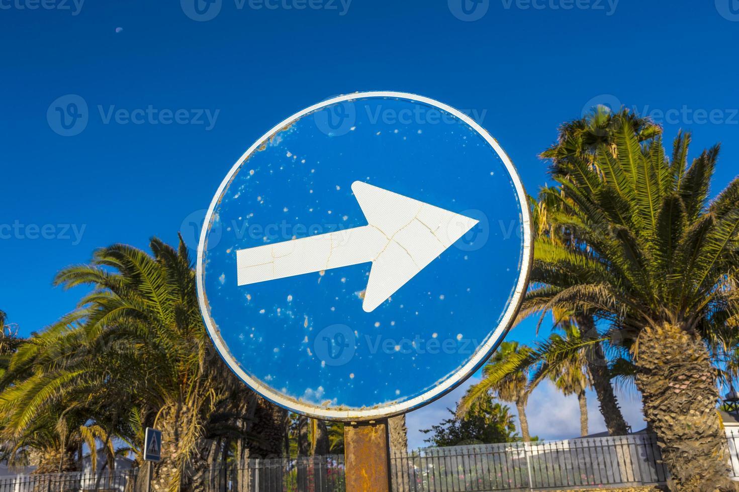 Straßenschild mit Pfeil nach rechts foto