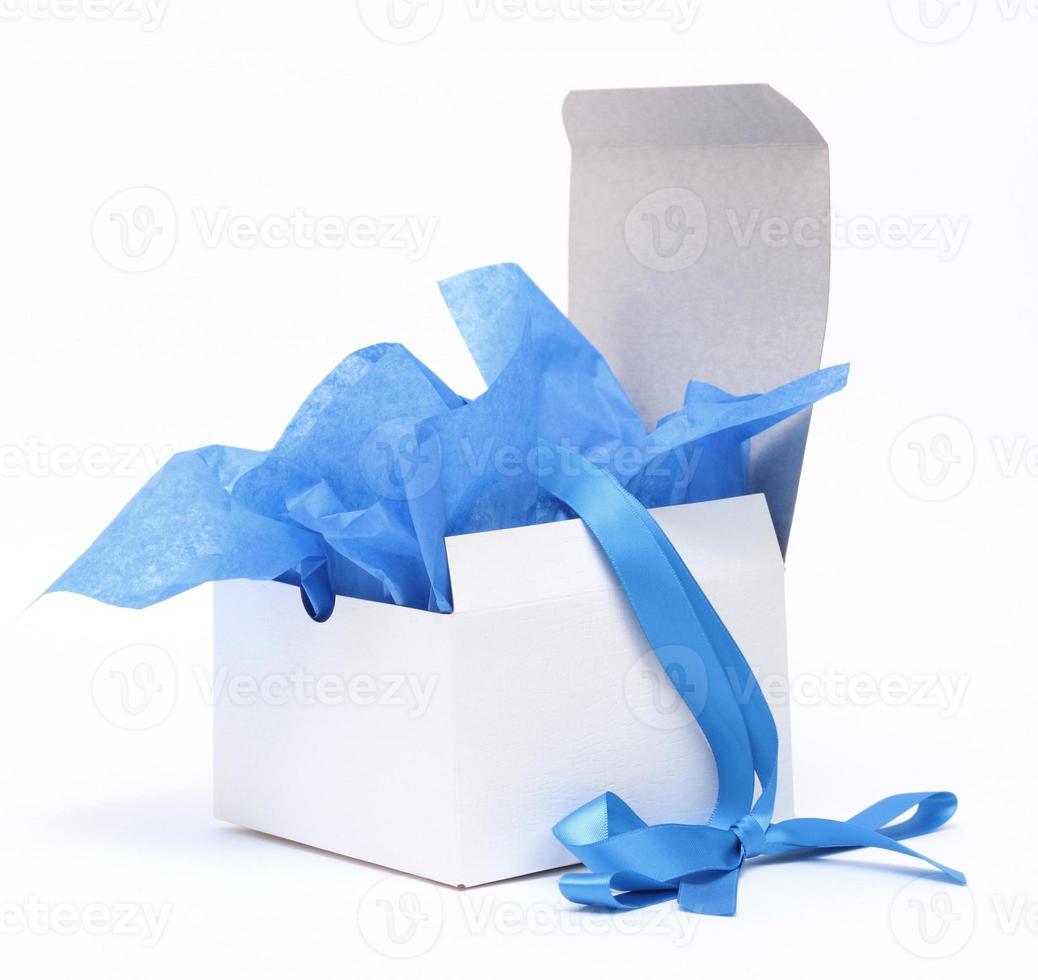 weiße Geschenkbox mit blauem Band foto