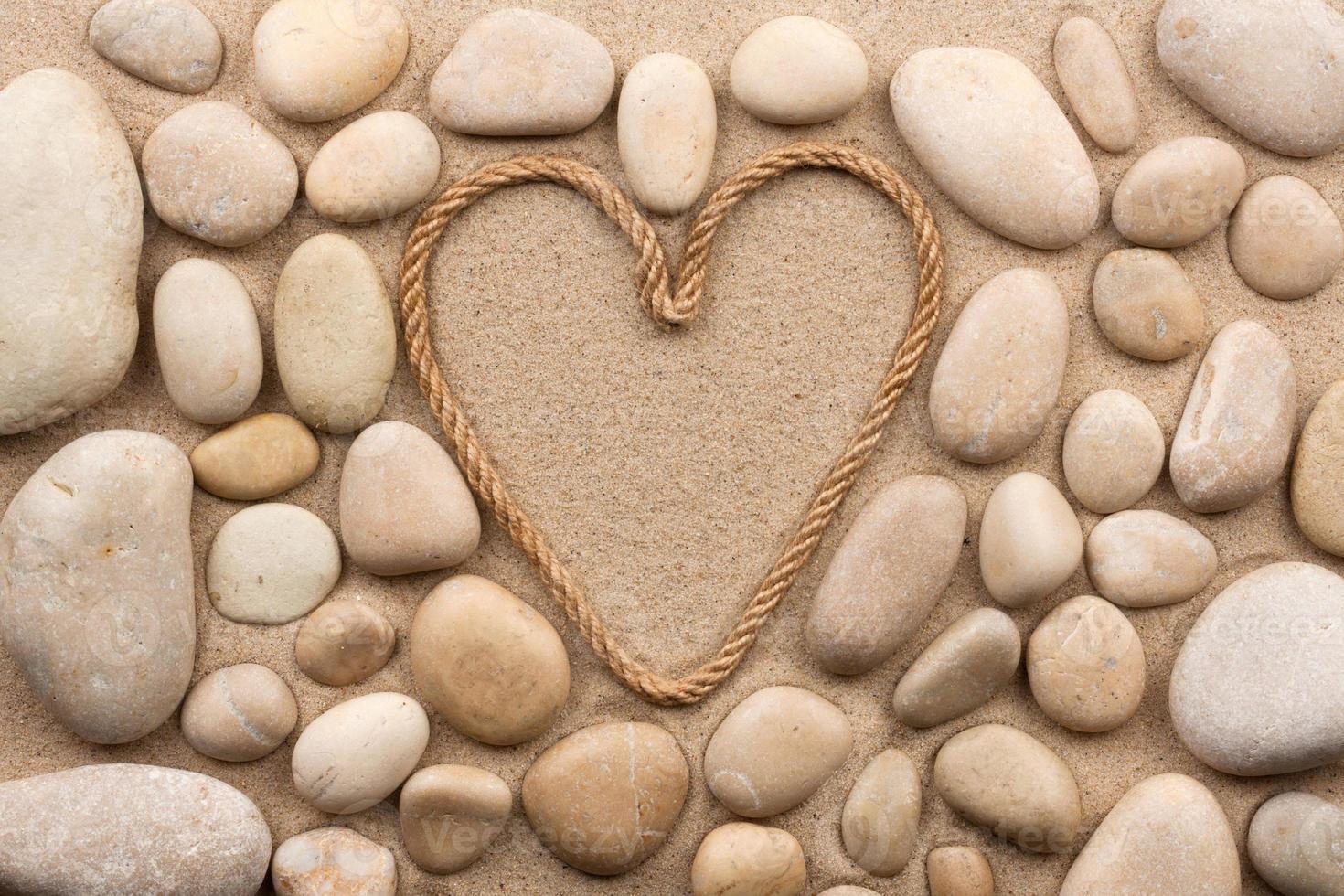 schöner Rahmen aus Seil in Form eines Herzens foto