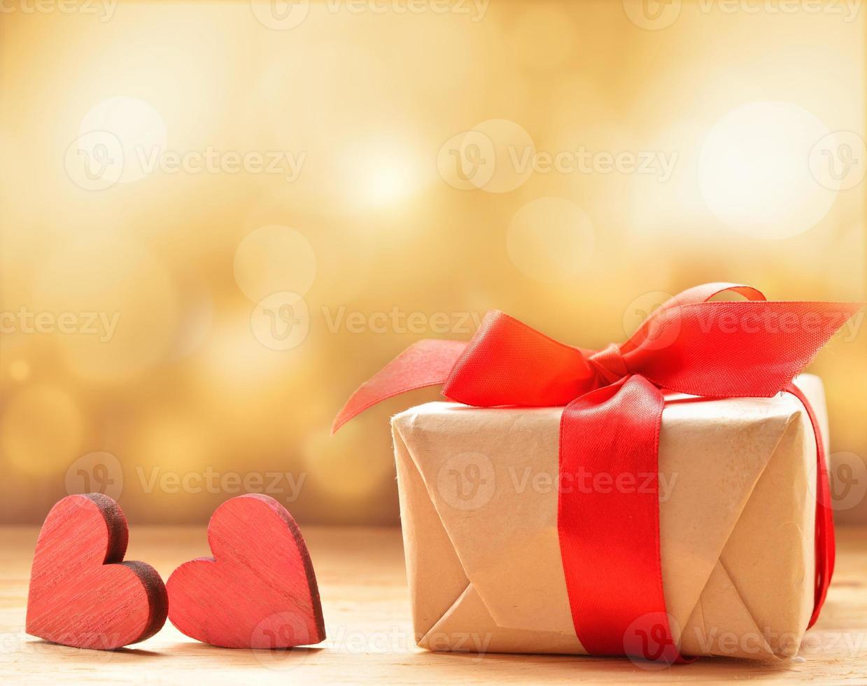 Valentinstagsgeschenk mit roten Holzherzen foto