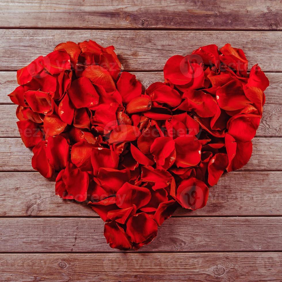 Rosenblätter in Form eines Herzens foto