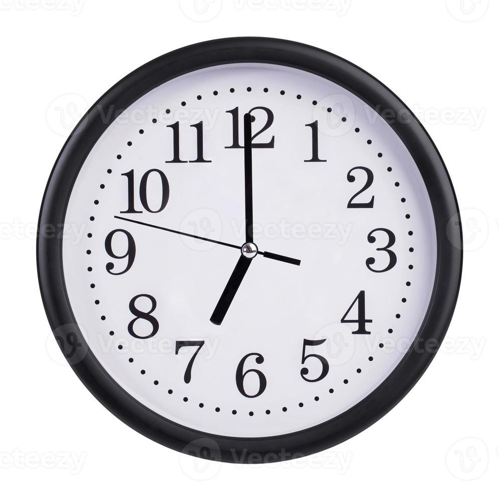 sieben Uhr auf der Zifferblattuhr foto