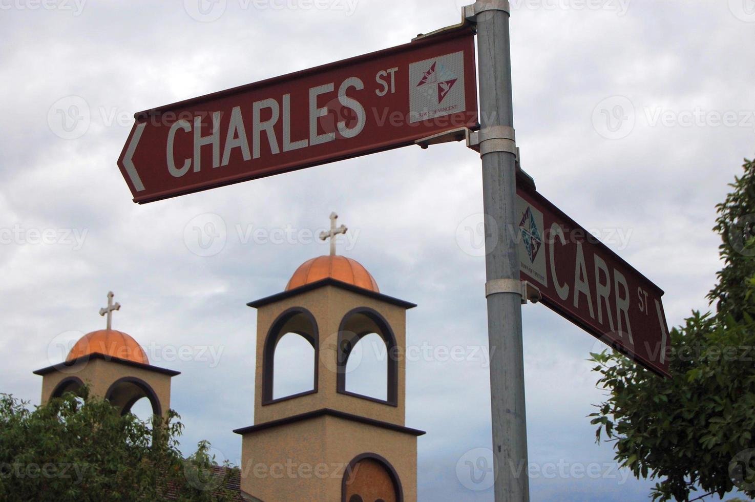 Straßenschild und Kirche foto