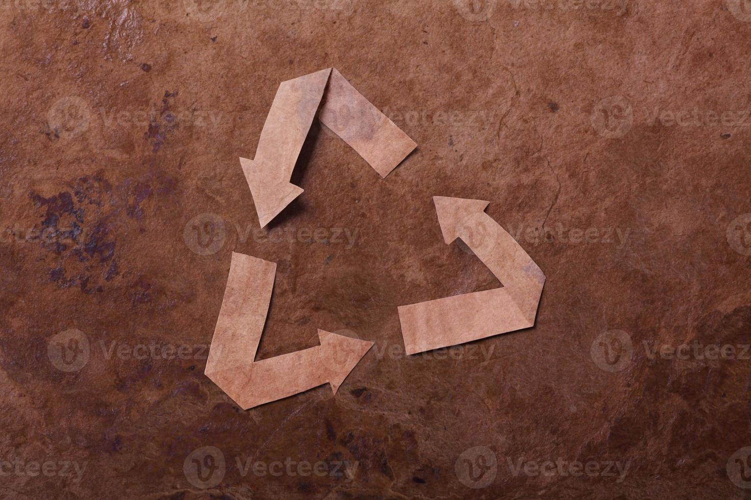 alter parer Hintergrund mit Recyclingzeichen foto
