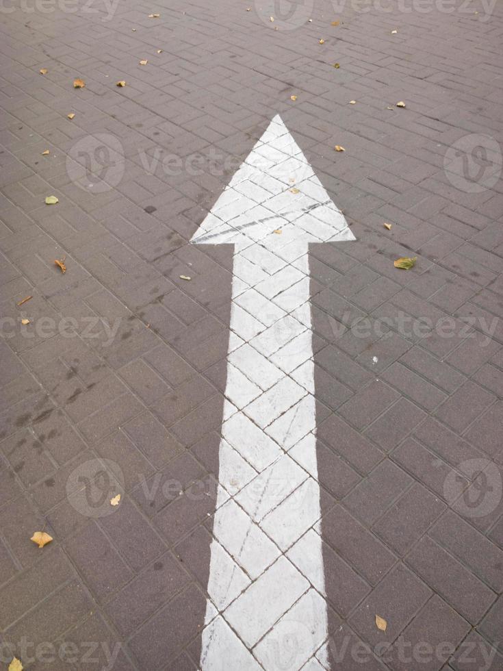 Pfeil auf der Straße. foto