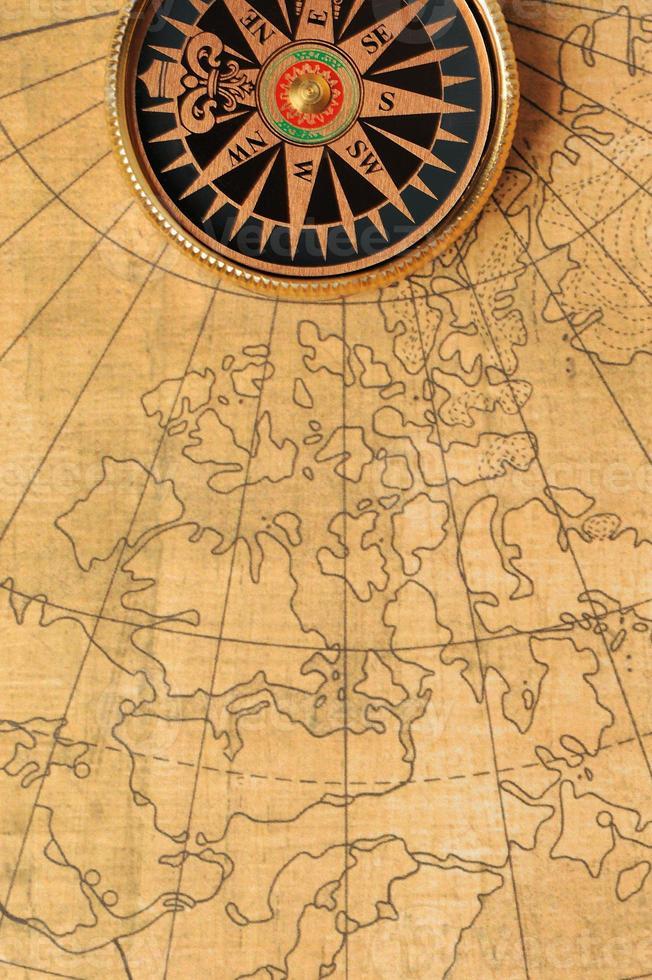 alter Kompass und Karte foto