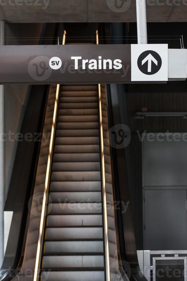 Rolltreppe zu Zügen foto