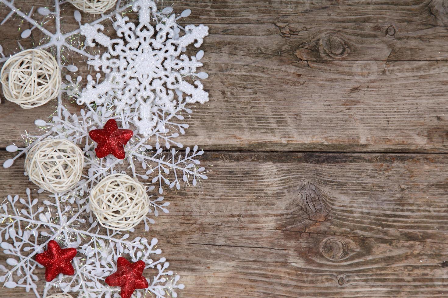 Grenze von Schneeflocken und Weihnachtsdekoration foto