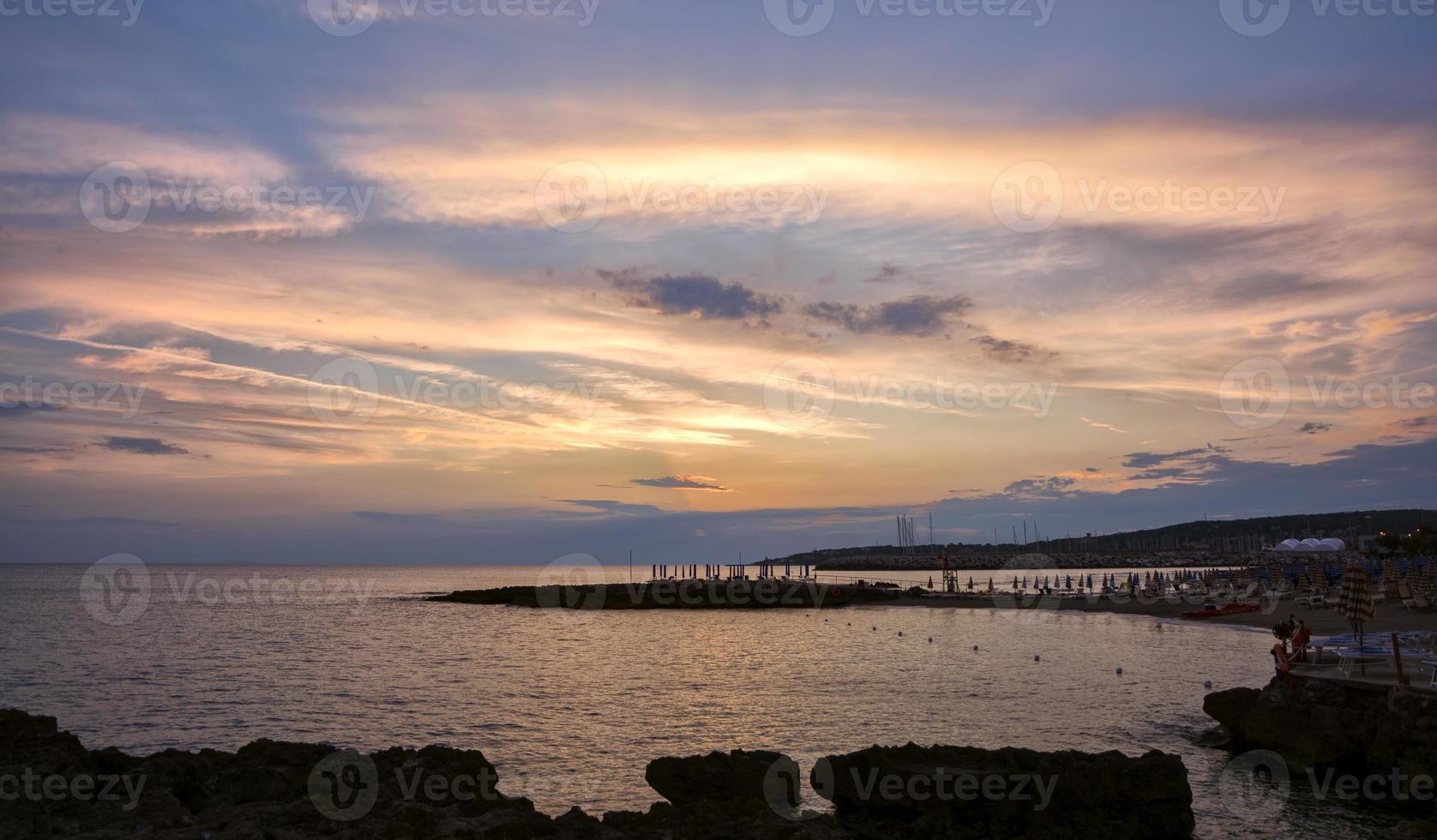 verzauberter Sonnenuntergang auf dem Meer in der Toskana foto