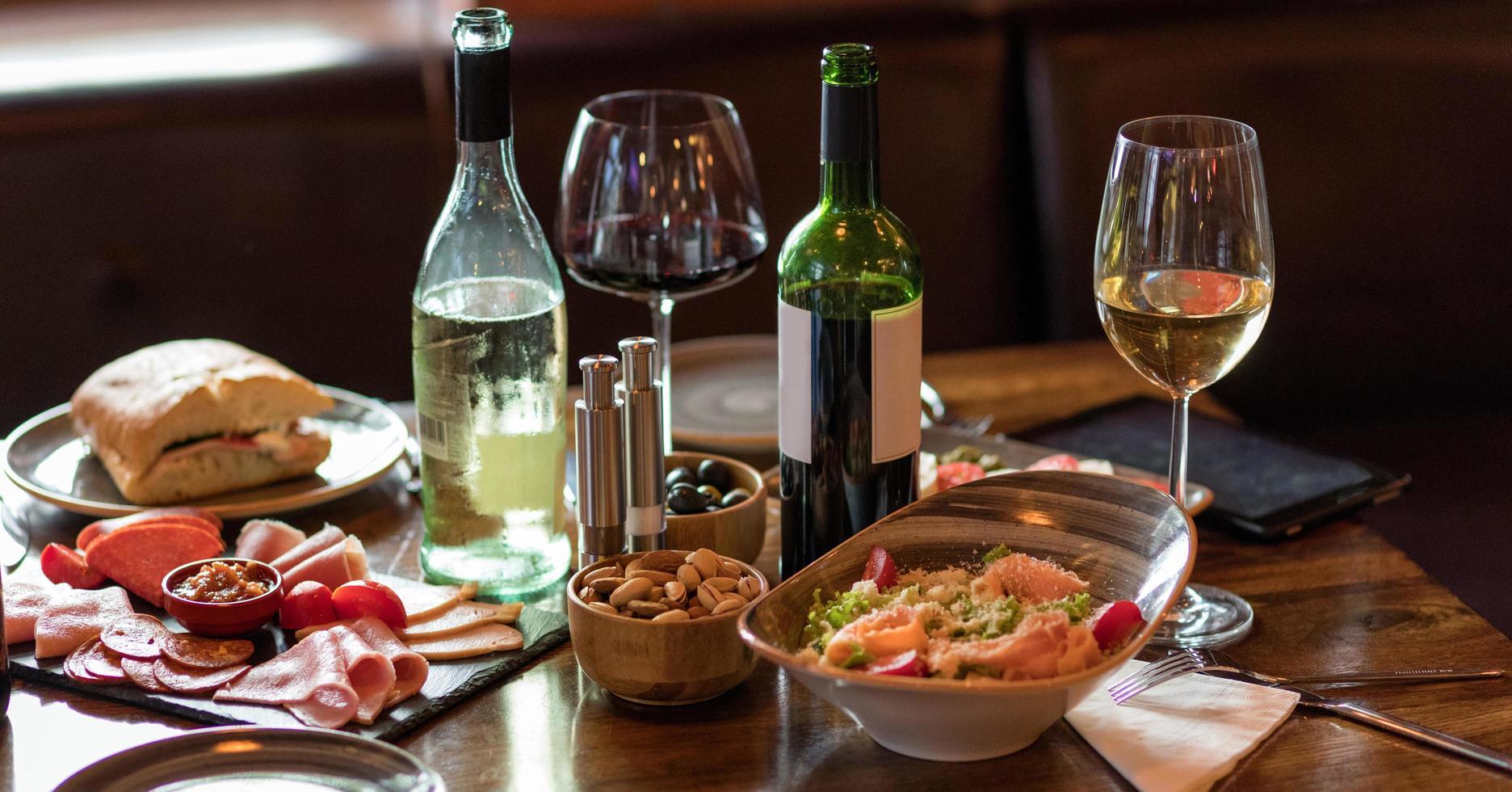 Tischdekoration mit Essen und Trinken foto