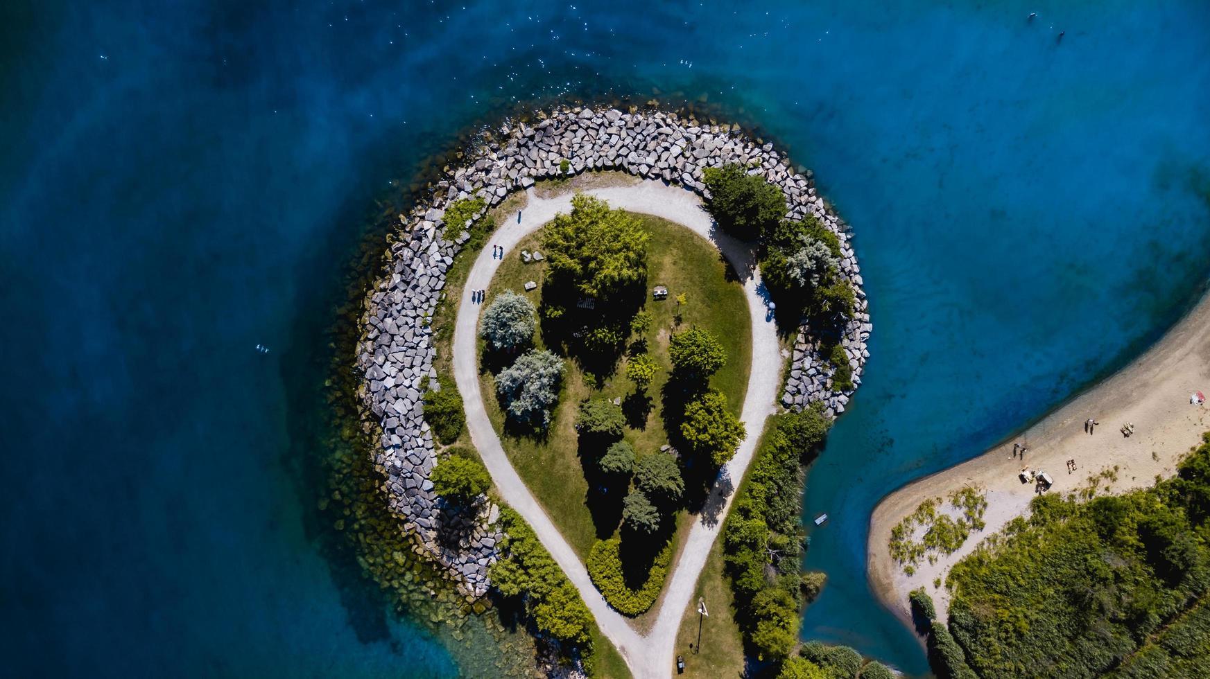 Luftaufnahme der Insel vom Meer umgeben foto