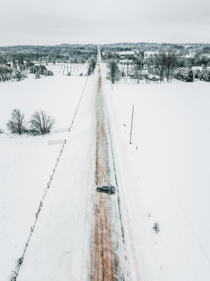 Straße zwischen schneebedecktem Boden tagsüber foto