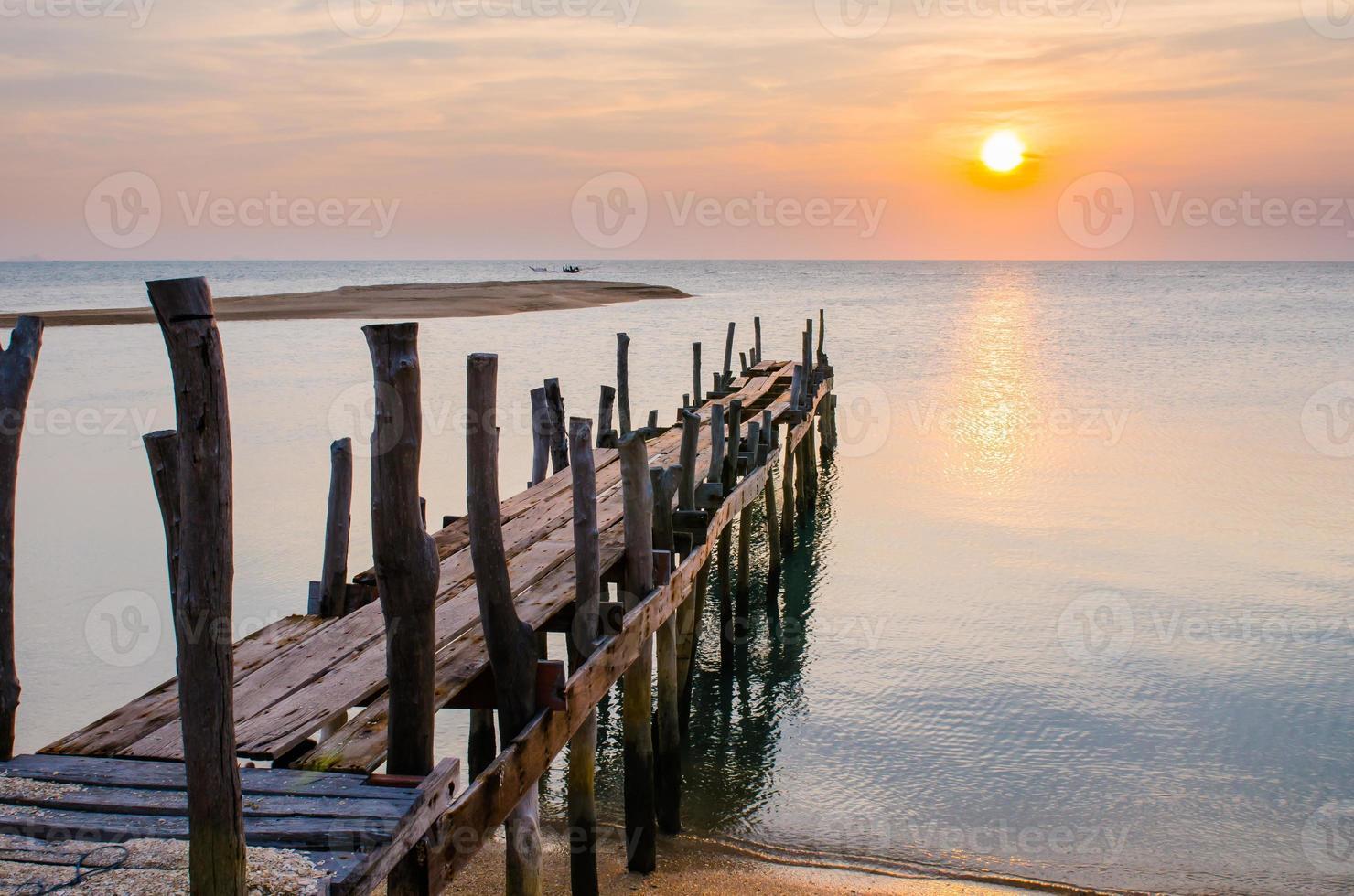 Sonnenuntergang mit alter Ruine des Piers. foto