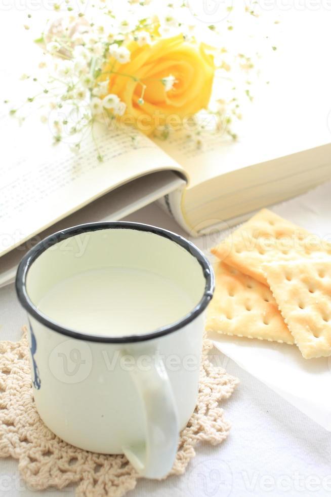 Tasse Milch und Buch foto