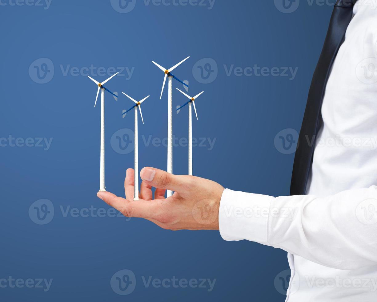 Hände halten Windkraftanlage foto
