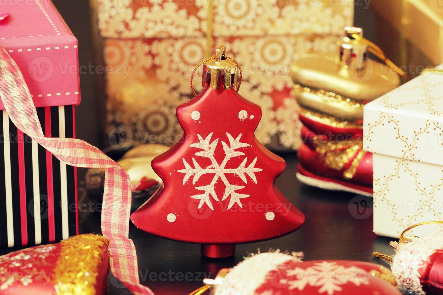 Weihnachtsdekoration und Geschenkbox foto