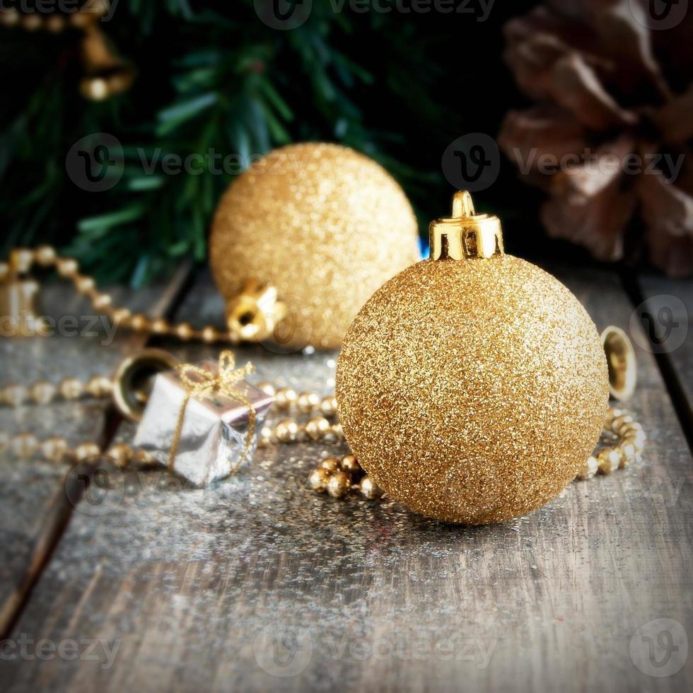 Weihnachtsschmuck auf einem Hintergrund von Bäumen und Zapfen foto