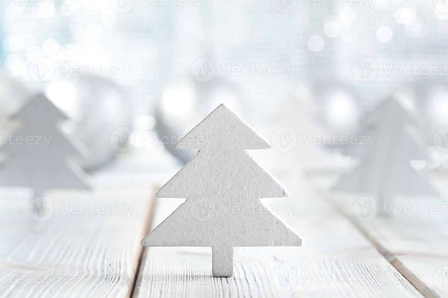 Weihnachtsbäume auf silbernem und blauem Hintergrund foto