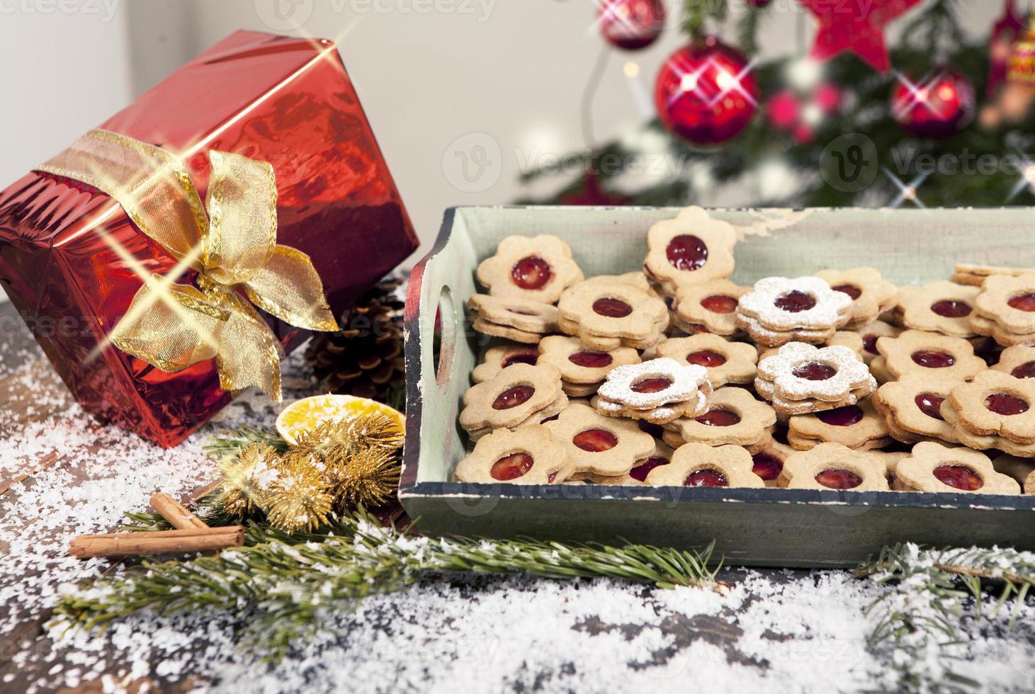 Weihnachtsgeschenk und Kekse foto