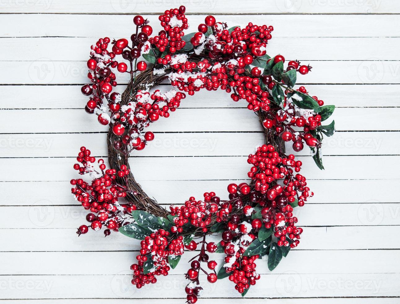 Weihnachtskranz auf einem hölzernen Hintergrund foto