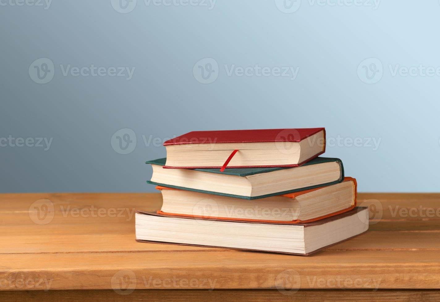 Vintage alte Bücher auf Holzdeck Tischplatte gegen Grunge Wand foto