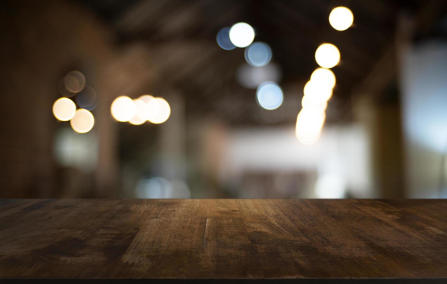 Holztischplatte mit unscharfem Hintergrund foto