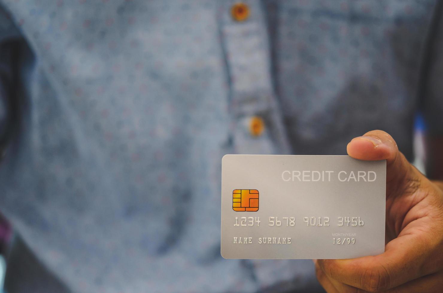 Mann Hand hält Kreditkarte foto