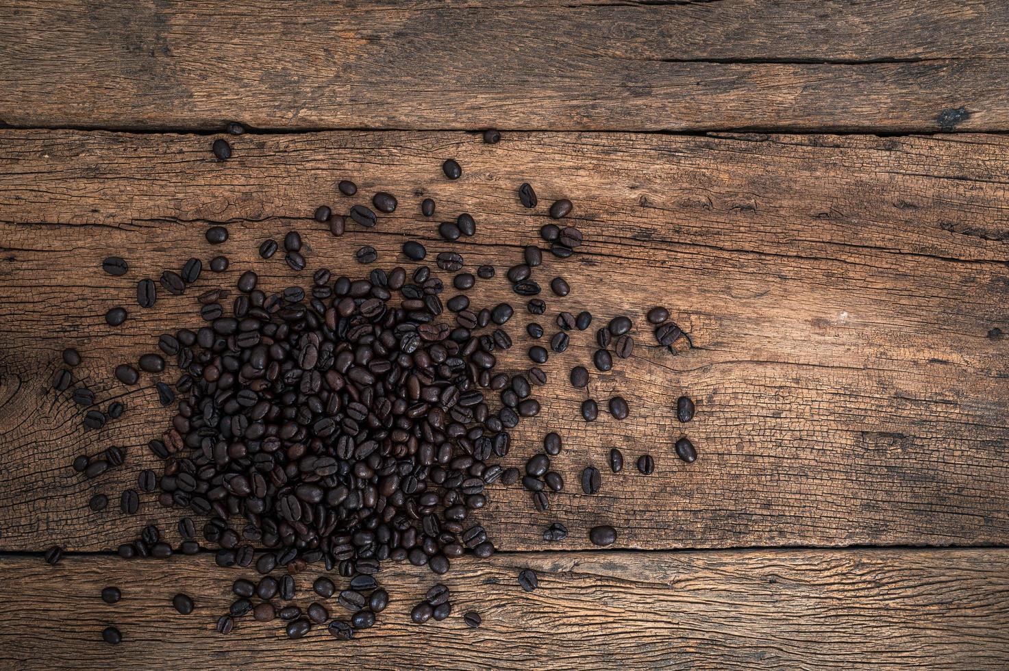 Kaffeebohnen auf dem Tisch, Draufsicht foto