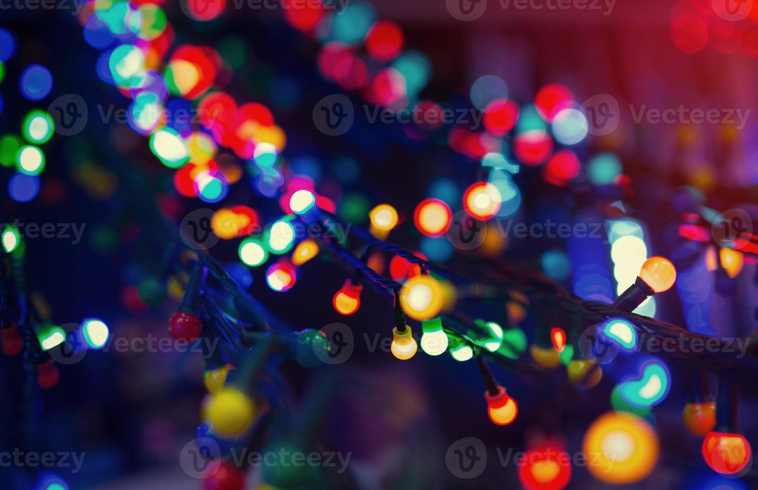 bunte Weihnachtsbeleuchtung in der Stadtstraße, Nahaufnahmefoto foto