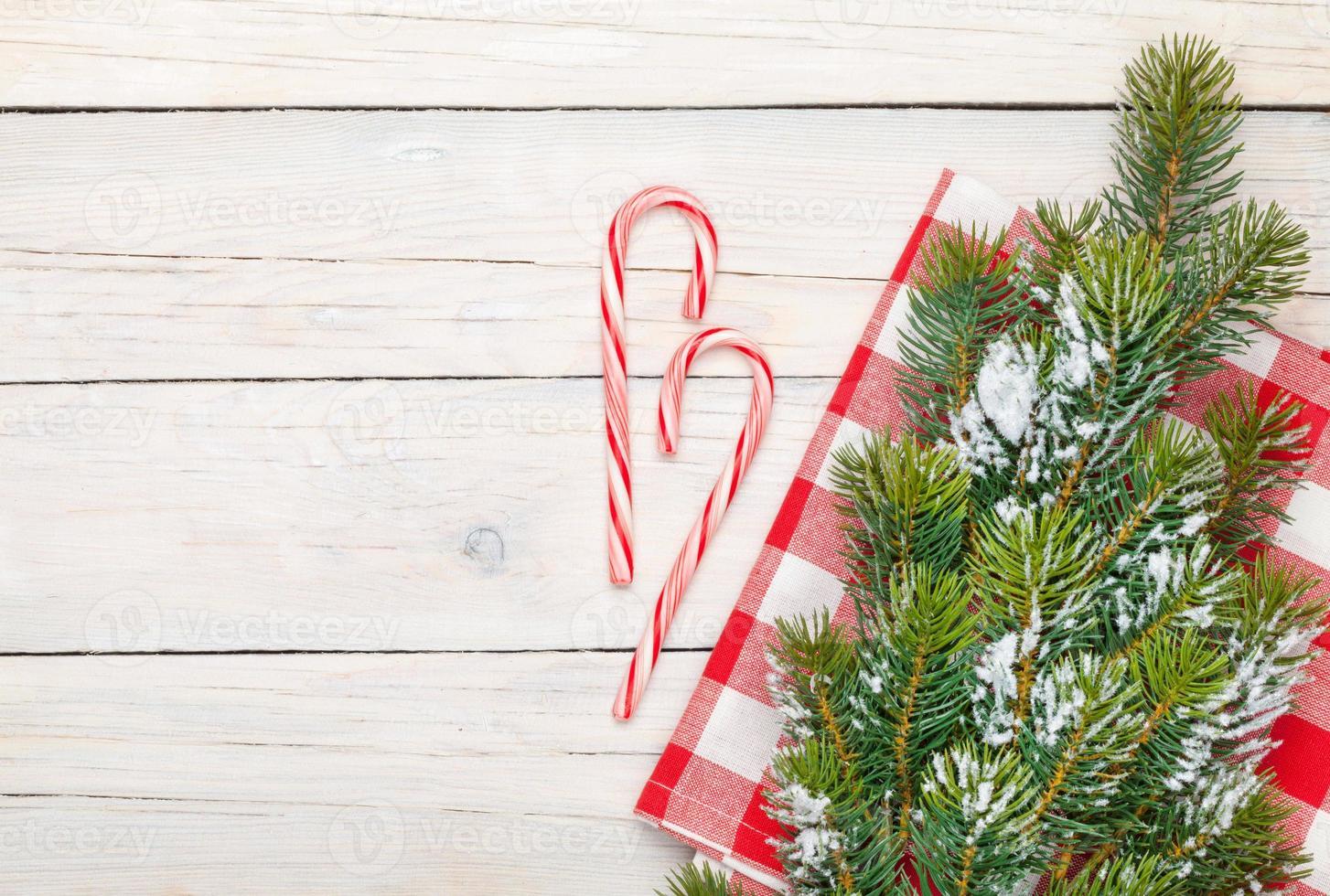 Weihnachtshintergrund mit Zuckerstange und Schneetannenbaum foto