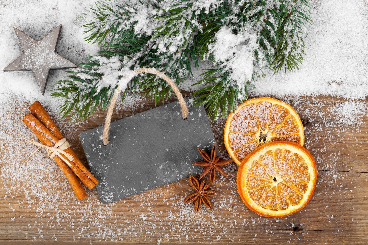 Weihnachtsdekoration mit Schieferbrett foto