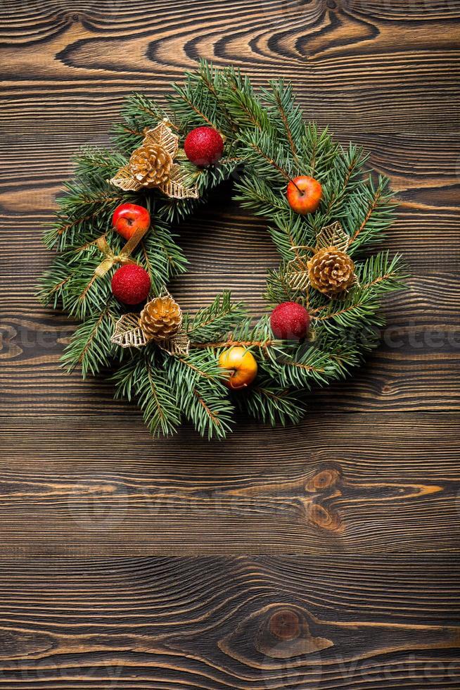 Weihnachtskranz auf brauner hölzerner Tischoberansicht foto