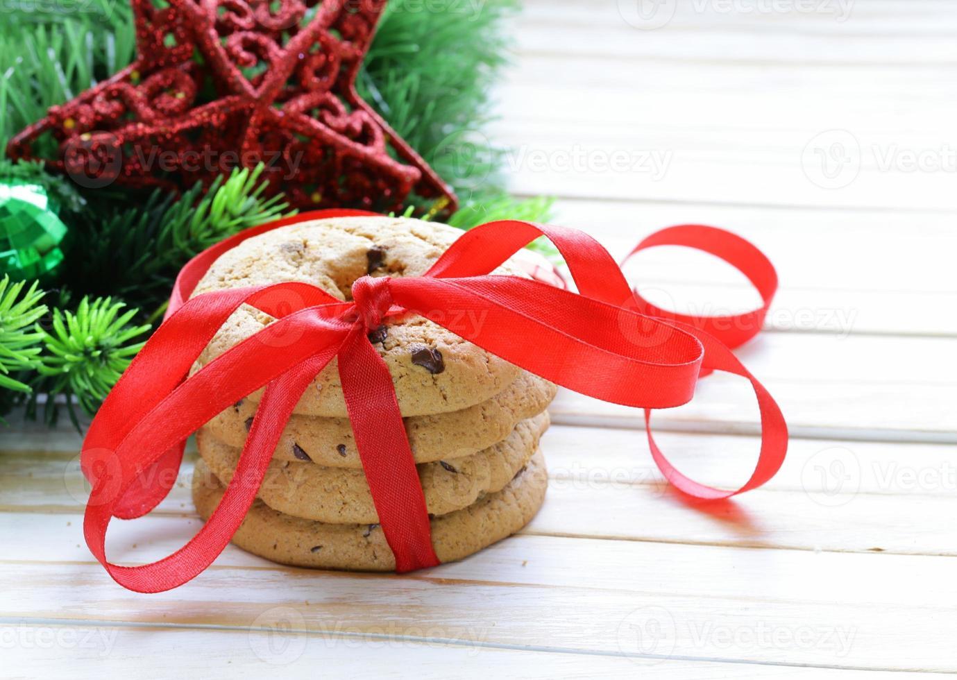 Kekse mit Schokolade mit Weihnachtsbaumzweigen und Dekorationen foto