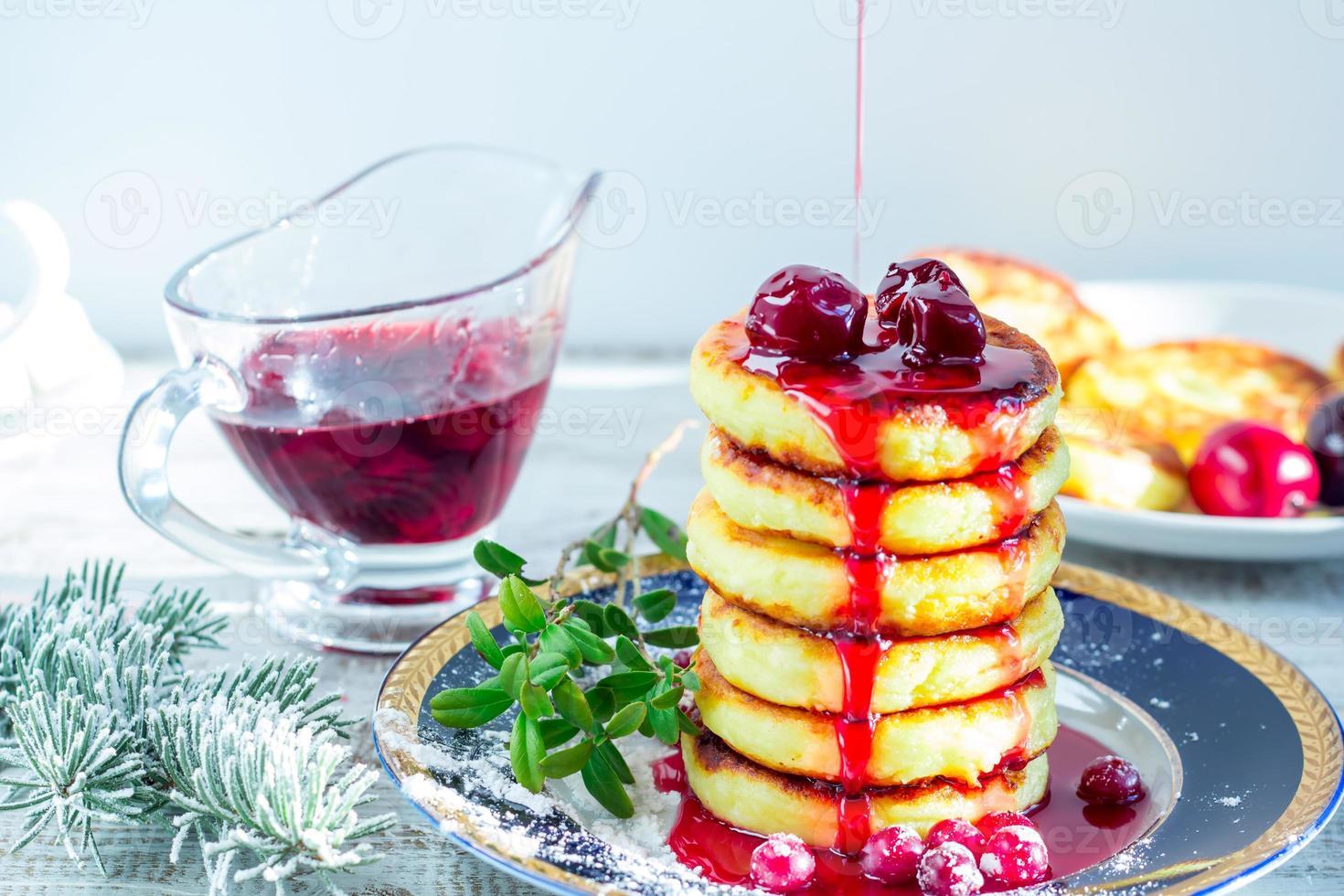 leckere Hüttenkäsepfannkuchen mit Kirschmarmelade und Cranberrie foto