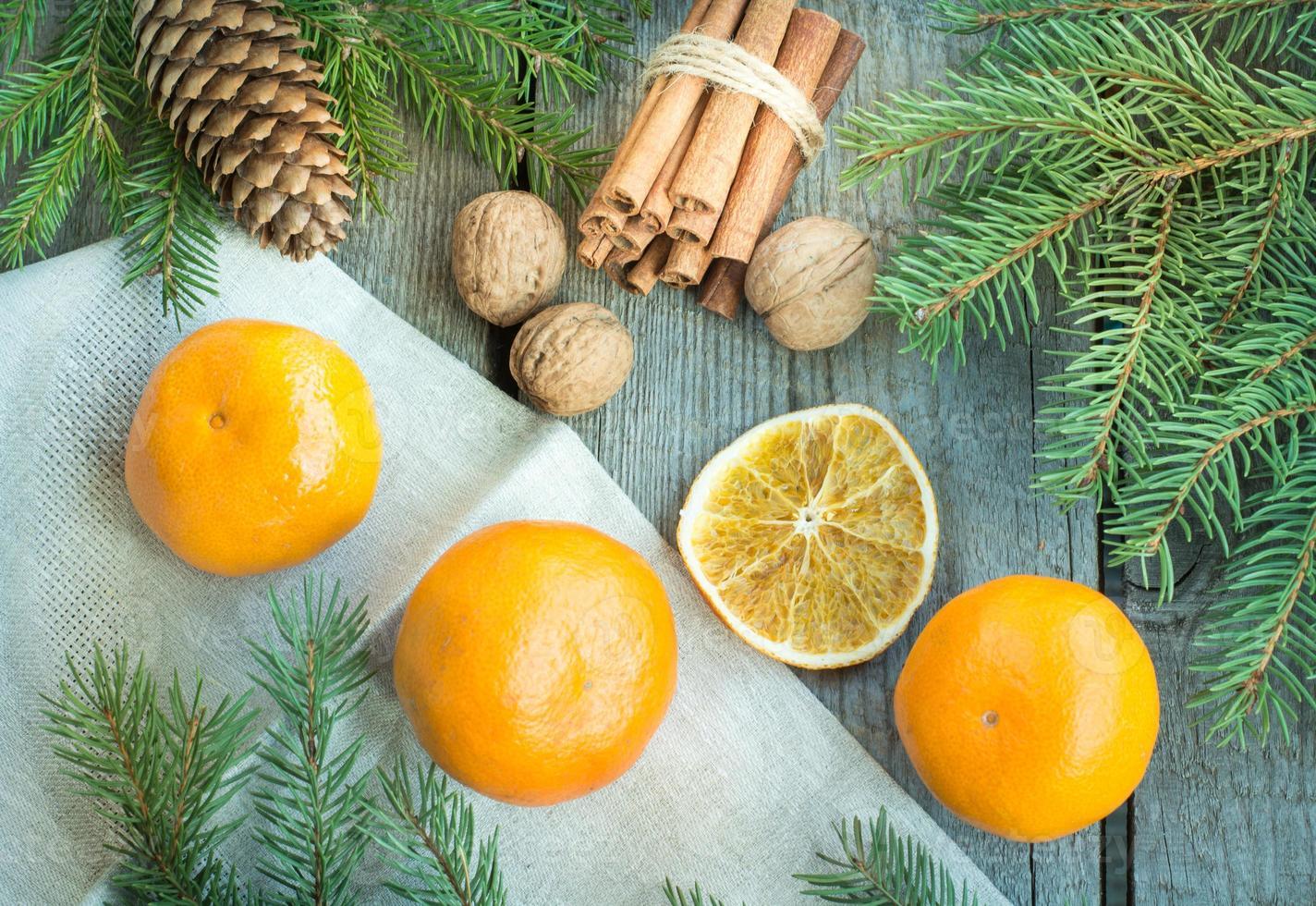Weihnachtsstillleben mit Mandarinen und Zimt. Draufsicht. foto
