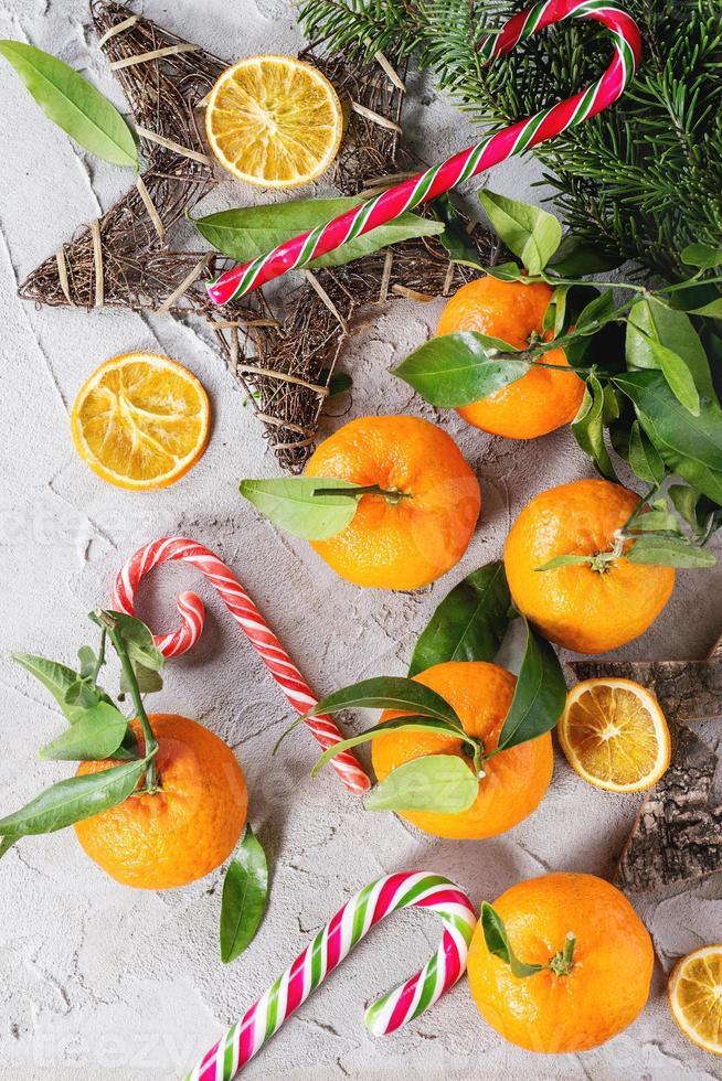 Mandarinen in Weihnachtsdekoration foto