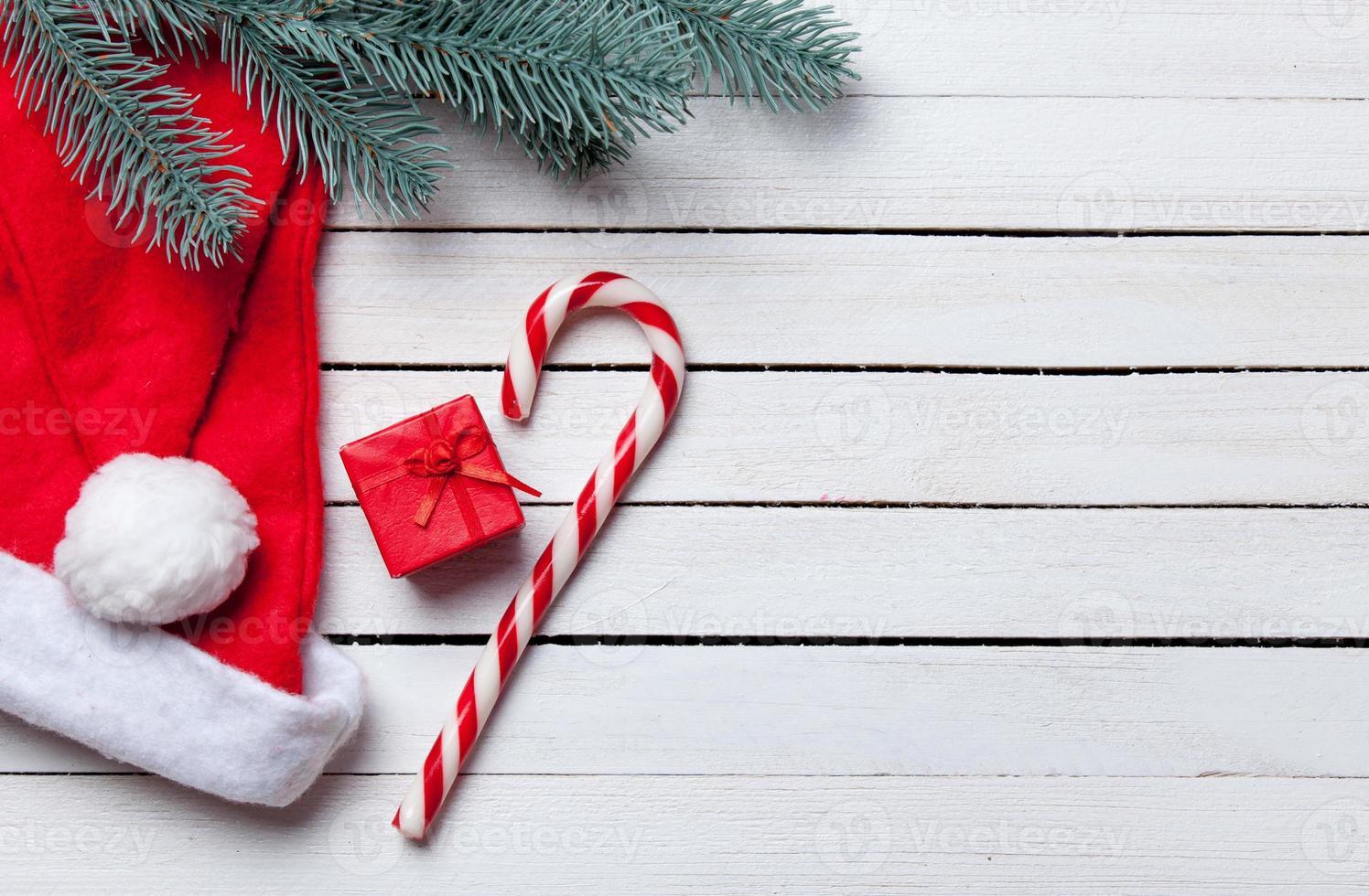 Weihnachtsbonbon mit brench und rotem Geschenk foto